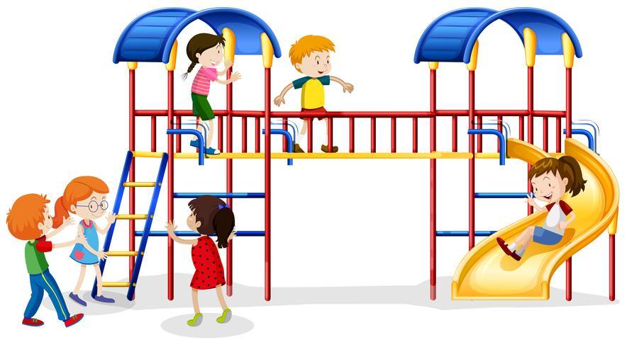 Många barn spelar på lekhuset