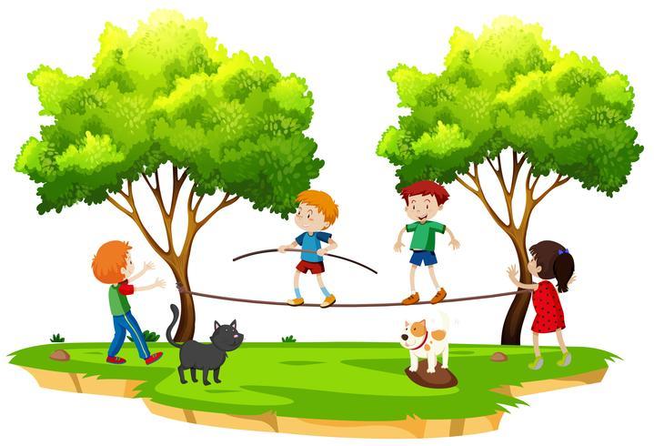 Niños caminando en la cuerda floja en el parque