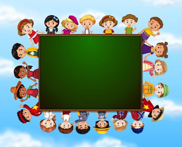 Groupe d'enfants autour d'un tableau