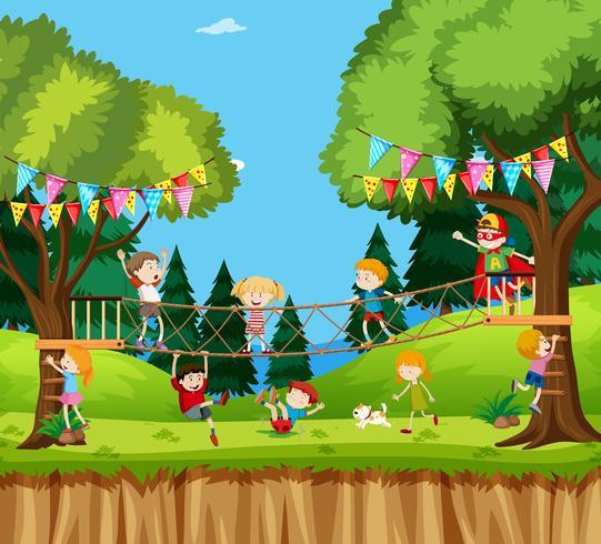 Niños jugando aventura de cuerda de arbol vector