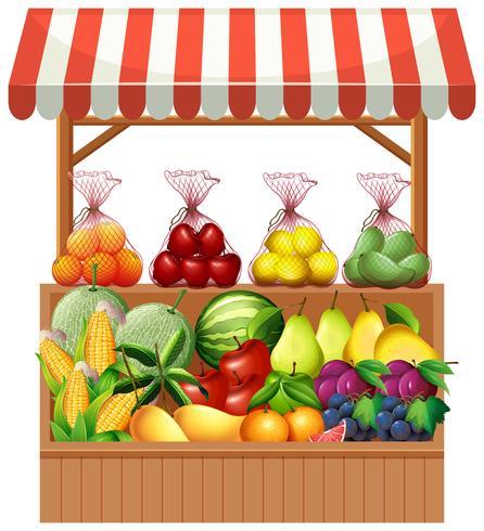Fruta fresca en puesto de madera