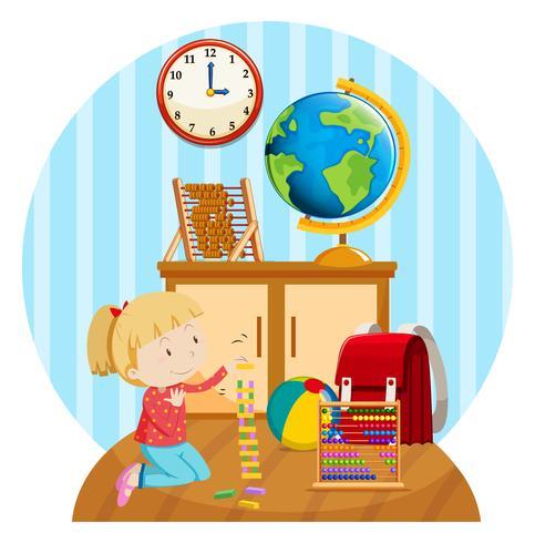 Klein meisje speelt blokken in de kamer