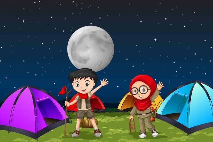 Camping crianças à noite