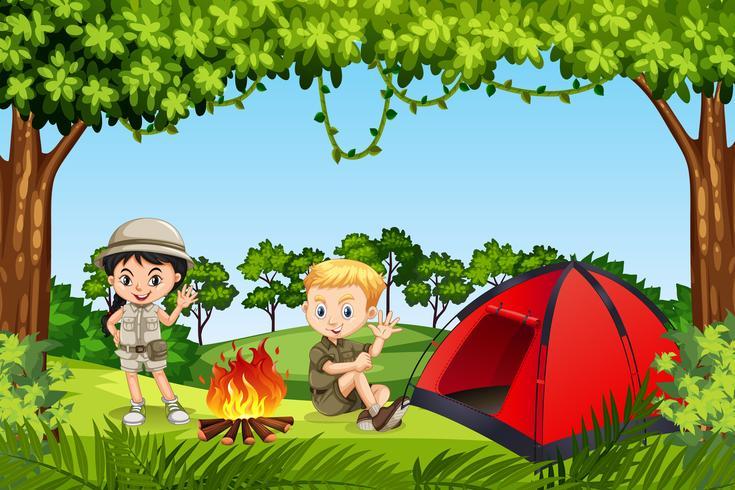 Två barn camping i skogen