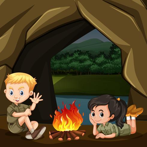 Boy and Girl Scout están Cpming en el bosque