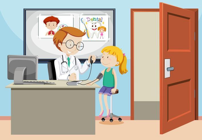Una niña tomando la prueba de presión arterial