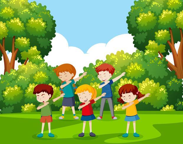 Un grupo de niños bailando en el parque. vector