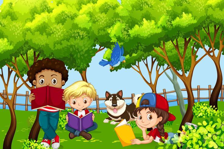 Internationale Kinderkinder, die im Park lesen