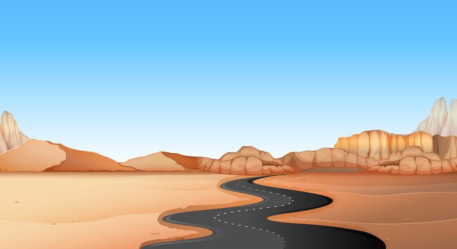 Strada vuota attraverso la terra del deserto