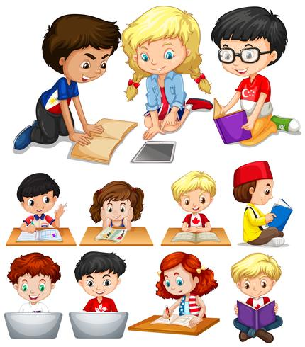 Garçons et filles lisant et étudiant