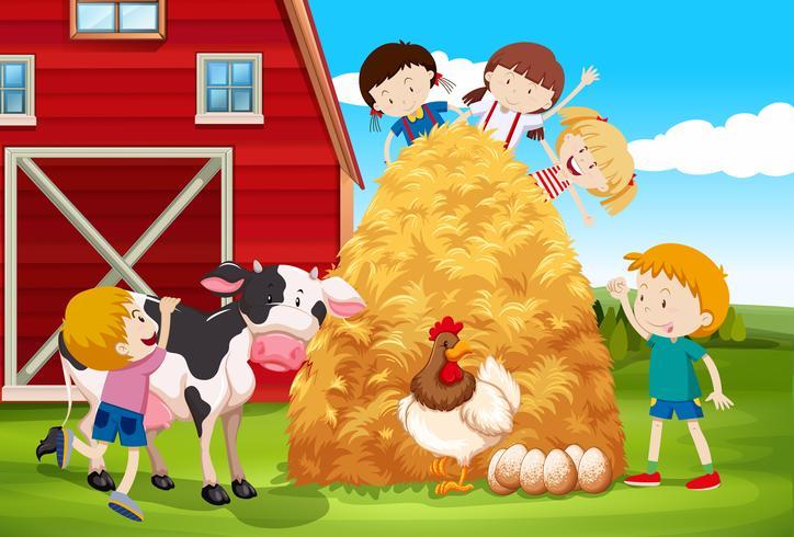 Barn som leker med husdjur på gården