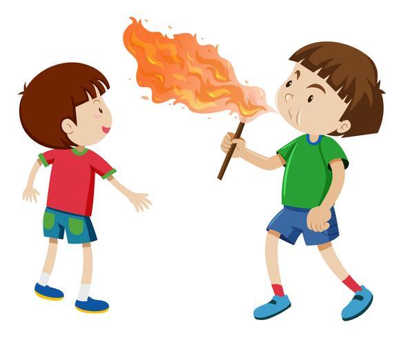Jungen spielen mit dem Feuer