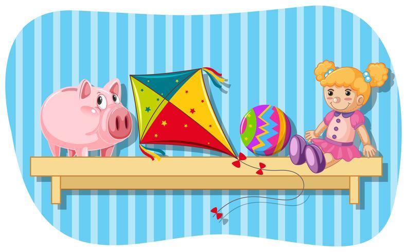 Piggybank und andere Spielwaren auf hölzernem Regal
