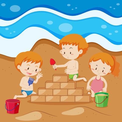 Junge Kinder, die Sand-Ziegelstein errichten
