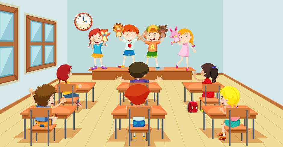 Barn leker med dockor classroon scen