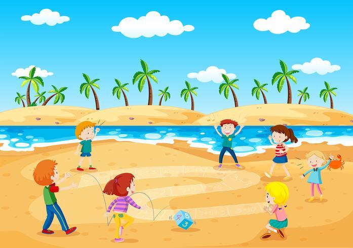 Kinder spielen neben dem Strand