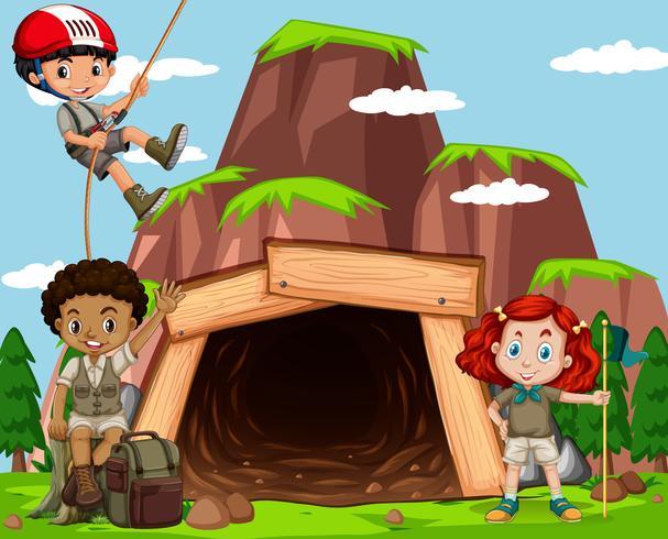 Scène met kinderen die rots beklimmen bij de mijn