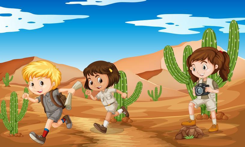 Drei Kinder in Safari-Outfit in der Wüste