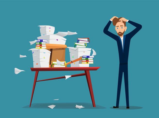 Affärsman är nära bord med hög av kontorspapper och dokument.