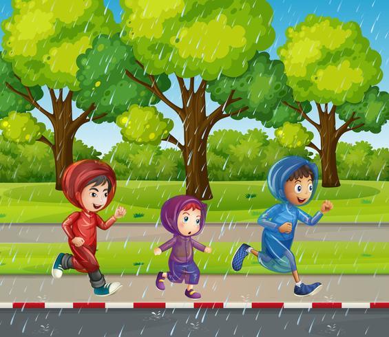 Tres niños corriendo bajo la lluvia