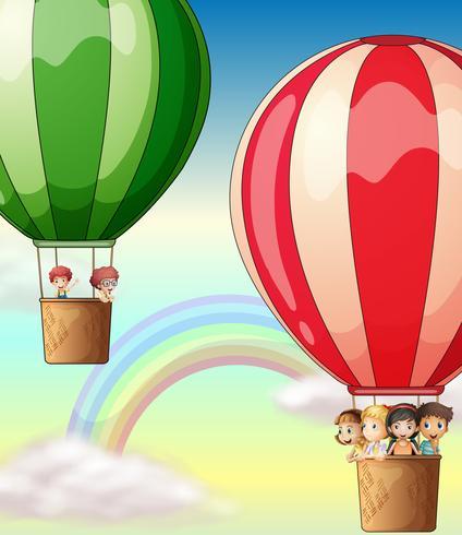 Kinder, die auf Ballone im Himmel fahren