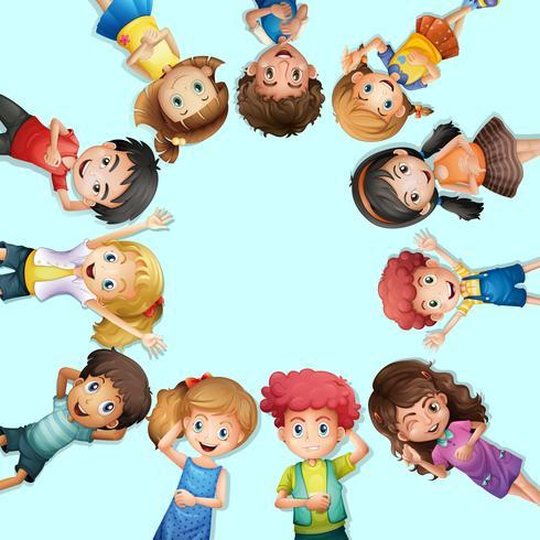 Veel kinderen liggen op de grond in een cirkel