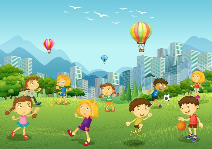 Niños felices juegan en el parque