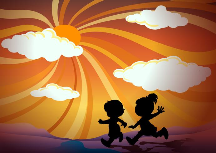 Schattenbildkinder, die bei Sonnenuntergang laufen