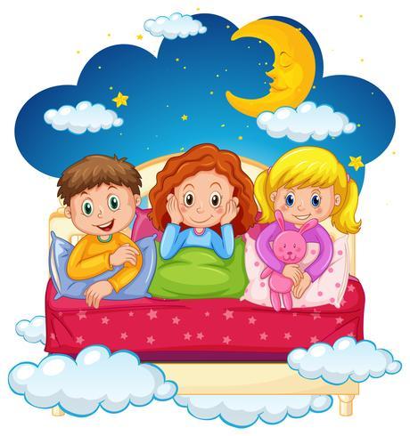 Drie kinderen in pyjama's 's nachts