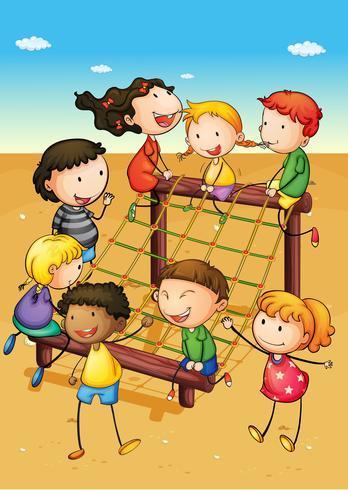 Joyeux enfants jouant dans une aire de jeux
