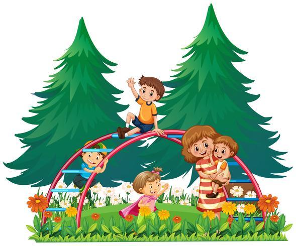 Kinder spielen am Klettergerüst