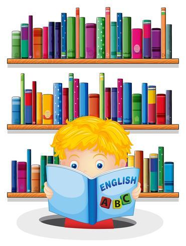 Un niño en la biblioteca leyendo un libro de inglés.