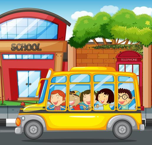Bambini che cavalcano un autobus giallo in città