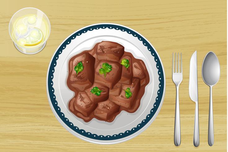 Prato de carne de porco em uma mesa de madeira