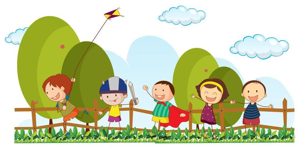 Cinq enfants jouant dans un parc