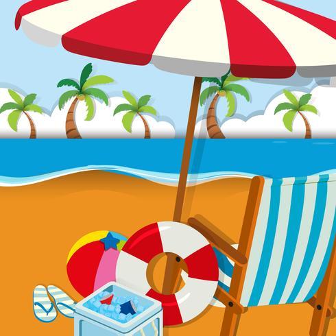 Stol och paraply på stranden