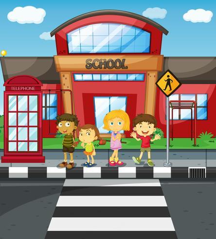 Kinder warten darauf, die Straße vor der Schule zu überqueren
