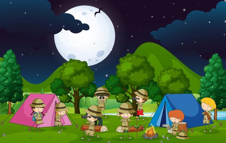 Många barn camping i skogen på natten
