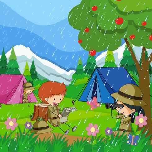 Kinder, die draußen im Regen kampieren