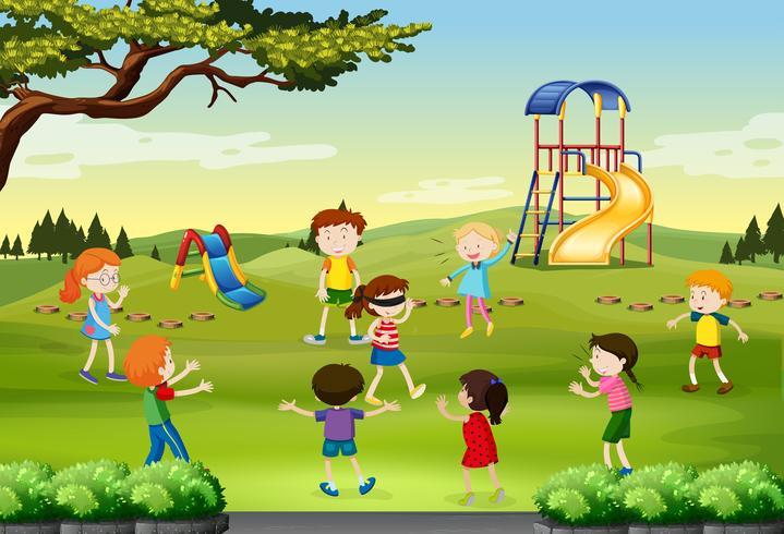 Niños jugando ciegos doblados en el parque
