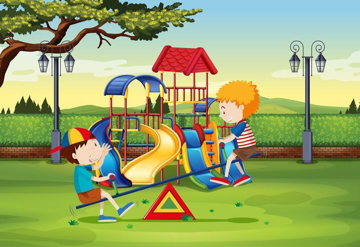 Jongens die op geschommel in het park spelen