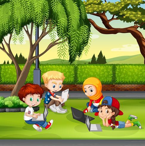 Kinderen werken in het park