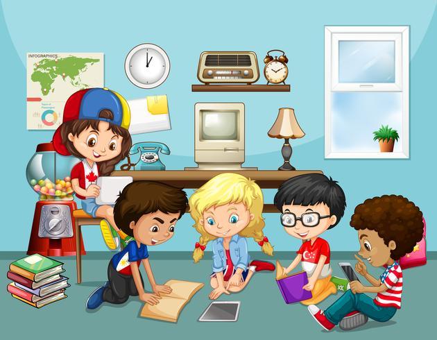 Muitas crianças trabalhando em sala de aula