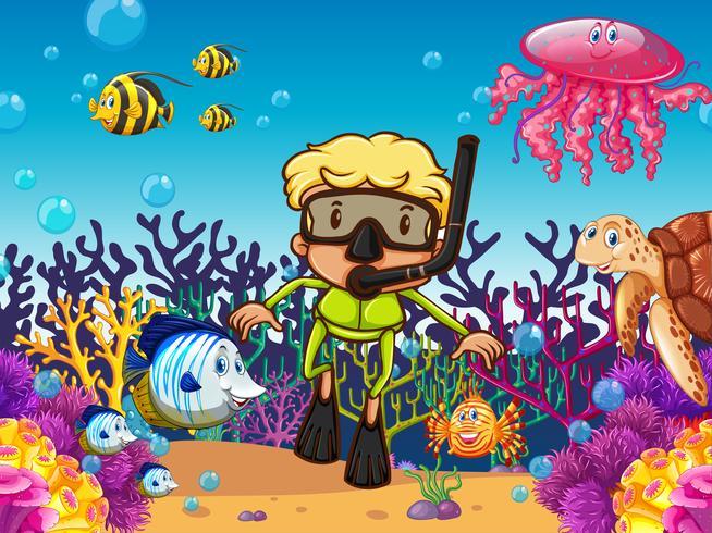 Buceador y pesca bajo el mar.