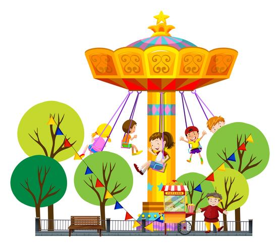 Bambini che cavalcano altalene giganti nel parco