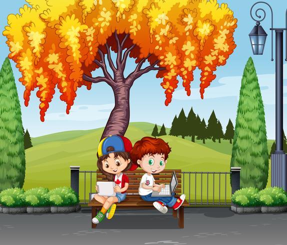 Ragazzo e ragazza seduti sotto l'albero