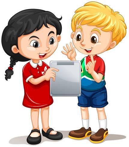 Niño y niña mirando la pantalla