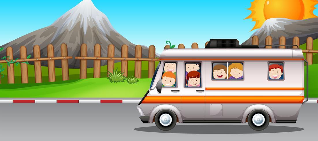 Niños montados en camper