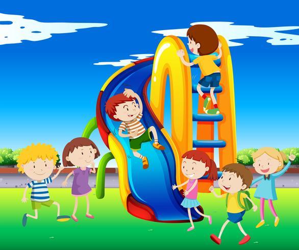 Muitas crianças brincando no slide