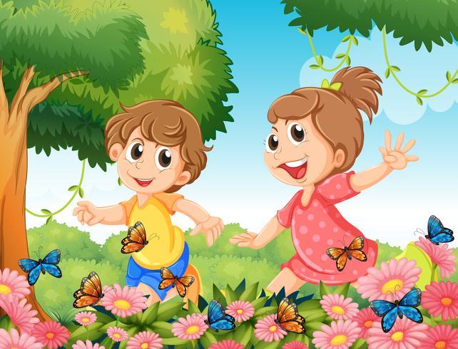 Jongen en meisje het spelen met vlinders in tuin